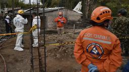 Tim penyelamat berada di lokasi jatuhnya sebuah pesawat kecil di tengah-tengah rumah penduduk di Popayan, Kolombia, Minggu (15/9/2019). Pemadam kebakaran mengatakan tiga orang luka parah, salah satunya adalah seorang anak yang merupakan warga setempat. (Luis ROBAYO / AFP)