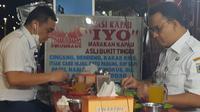 Gubernur DKI Jakarta Anies Baswedan dan wakilnya Ahmad Riza Patria makan bareng nasi kapau di kawasan Kramat, Senen, Jakarta Pusat. (Twitter @BangAriza