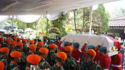Anggota Pasukan Paspampres membawa jenazah Presiden ke-3 RI Bacharuddin Jusuf Habibie saat prosesi penyerahan jenazah kepada negara di Patra Kuningan, Jakarta, Kamis (12/9/2019). Jenazah BJ Habibie diberangkatkan ke Taman Makam Pahlawan Kalibata untuk dimakamkan. (Liputan6.com/Immanuel Antonius)