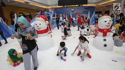 Anak-anak bermain salju di Snow Village di salah satu pusat perbelanjaan di kawasan Tangsel, Senin (17/12). Jelang Natal dan Tahun Baru sejumlah pusat perbelanjaan menyajikan kegiatan untuk menarik pengunjung. (Merdeka.com/Arie Basuki)