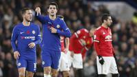 Pemain Chelsea, Alvaro Morata dan Eden Hazard merayakan gol saat melawan Manchester United pada lanjutan Premier League di Stamford Bridge, London, (5/11/2017). Chelsea menang 1-0. (AP/Frank Augstein)