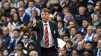 Ekspresi Louis van Gaal setelah mengantar Manchester United menang 1-0 melawan Manchester City di Etihad Stadium, Minggu (20/3/2016). (EPA/Jason Powell)