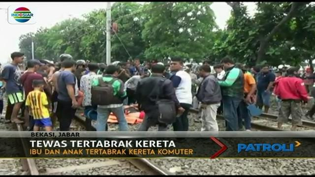 Tak mengindahkan peringatan warga di perlintasan kereta, ibu dan anak di Cikarang, Bekasi, tewas tersambar KRL.