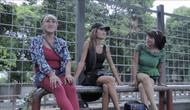 Dari kiri ke kanan adalah Imel, Artis, dan Laura. Ketiga pengamen waria ini bersedia menceritakan pengalaman mereka selama bekerja mencari uang di jalan. (Foto: Zulfikar Abubakar/Liputan6.com)