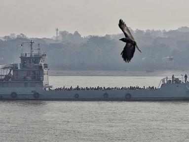 Pengungsi Rohingya melakukan perjalanan dengan kapal Angkatan Laut untuk dipindahkan ke Pulau Bhasan Char di Chattogram, Bangladesh, Sabtu (30/1/2021). Bangladesh kembali mengirim ribuan pengungsi Rohingya ke pulau terpencil yang baru dikembangkan di Teluk Benggala. (AP Photo/Azim Aunon)