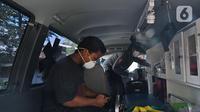 Pekerja dirumah terjangkit virus corona  yang masih bertahan saat dievakuasi di Depok, Jawa Barat, Senin (2/3/2020). Dinkes Depok mengevakuasi pekerja dirumah terjangkit virus corona untuk di bawa ke RSPI Sulyanti Saroso guna dilakukan pengecekan lebih lanjut. (Liputan6.com/Herman Zakharia)