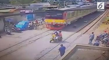 Padahal saat itu sinyal perlintasan kereta di Pasar Minggu masih berbunyi tapi pemotor ini nekat menerobos palang kereta. Alhasil, pemotor nyaris tersambar kereta api.