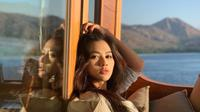 Adinda Bakrie di kapal pesiar saat sedang berlibur ke Labuan Bajo. (dok. instagram.com/adindabakrie/https://www.instagram.com/p/B10O5DpJ1UW/Novi Thedora)