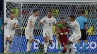 Striker Italia, Domenico Berardi (tengah) dkk. merayakan gol bunuh diri bek Turki, Merih Demiral dalam laga Grup A Euro 2020 di Olimpico Stadium, Roma, Sabtu  (12/6/2021) dini hari WIB. (Foto: AP/Alessandra Tarantino/Pool)