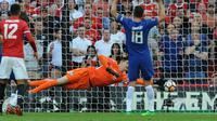 Kiper Chelsea, Thibaut Courtois berusaha menghalau bola saat bertanding melawan Manchester United pada babak final Piala FA di stadion Wembley di London (19/5). Chelsea mengalahkan MU 1-0 berkat gol penalti Eden Hazard. (AP Photo / Tim Ireland)