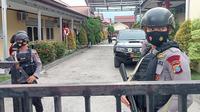Personel Brimob berjaga di RS Bhayangkara Palu saat dilakukan visum jenazah personel Satgas Madago Raya yang tewas saat baku tembak dengan MIT, Rabu (3/3/2021). (Liputan6.com/Heri Susanto).