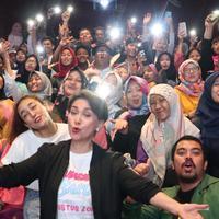 Widyawati bersama sejumlah penonton usai menyaksikan film Mahasiswi Baru