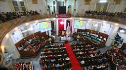 Umat Kristiani menjalankan ibadah misa malam Natal di Gereja Immanuel, Jakarta  Sabtu (24/12). Perayaan Natal yang diikuti umat Kristiani itu mengangkat tema Memberdayakan Sumber Daya Insani. (Liputan6.com/Angga Yuniar)