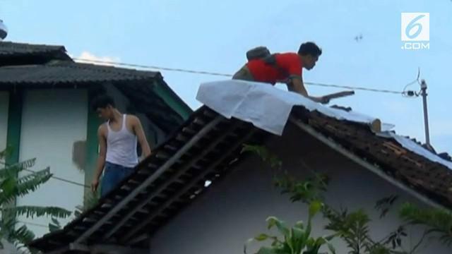 Setelah dihantam puting beliung, warga Yogyakarta mulai membenahi area lingkungan rumah mereka.