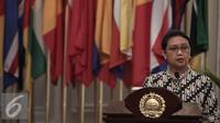 Menlu Retno Marsudi memberikan keterangan singkat di kantor Kementerian Luar Negeri, Jakarta, Senin (2/5). Kedatangan 10 WNI Sandera Abu Sayyaf  tersebut untuk diserahterimakan kepada Keluarga. (Liputan6.com/Faizal Fanani)