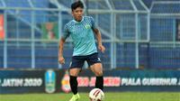 Ahmad Bustomi saat debut dengan Persela di Stadion Kanjuruhan, Kabupaten Malang (11/2/2020). (Bola.com/Iwan Setiawan)