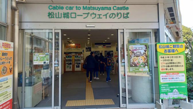 Menuju Kastil Matsuyama dengan menggunakan kereta gantung. (Liputan6.com/ Mevi Linawati)