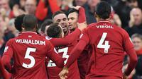 Pemain Liverpool merayakan gol Dejan Lovren (dua dari kanan) pada laga Liga Inggris melawan Newcastle United di Anfield, Rabu (26/12/2018). (AFP/Paul Ellis)