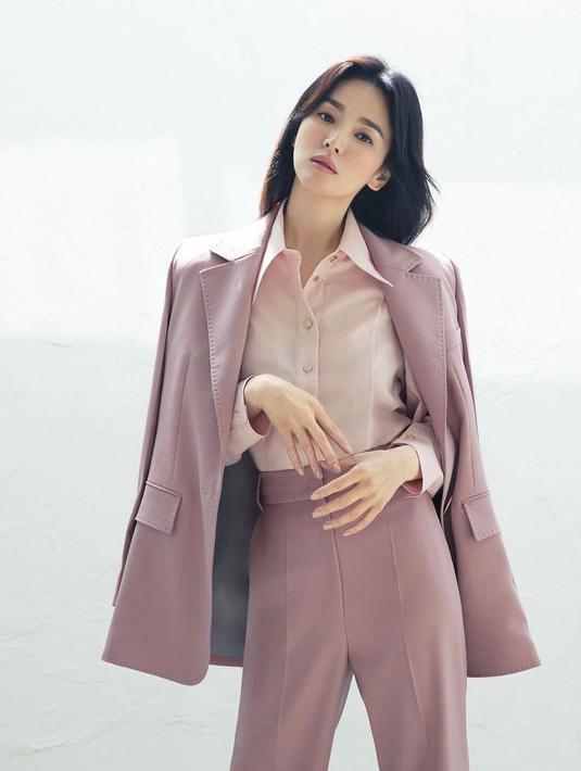 Tak perlu repot mix and match, one set suit pink pastel bisa kamu kombinasikan dengan soft pink shirt. Style kantor ala Song Hye Ko ini tetap rapi namun enggak ribet. (Instagram/kyo1122).