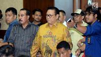 Ketua Dewan Pakar Partai Golkar, Agung Laksono (tengah) memasuki ruang sidang pengadilan Tipikor jelang sidang tuntutan dugaan korupsi proyek e-KTP dengan terdakwa Setya Novanto, Jakarta, Kamis (29/3). (Liputan6.com/Helmi Fithriansyah)
