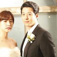 Aktor tampan Lee Dong Gun hadir dengan kabar yang membahagiakan, meskipun mengejutkan bagi para penggemarnya. Hal ini terjadi lantaran ia mengumumkan berita pernikahannya dengan sang istri, Cho Yoon Hee. (doc. Soompi)