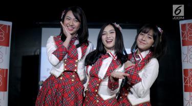 Melody JKT48 (tengah) foto bersama Shania JKT48 (kiri) dan Zara JKT48 (kanan) saat jumpa pers konser Melody Graduation di Jakarta, Jumat (16/3). Manajemen menyiapkan konser Melody Graduation pada 24 Maret jelang kelulusannya. (Liputan6.com/Faizal Fanani)