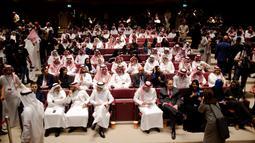 Tamu undangan menghadiri pemutaran pribadi film Black Panther menyambut peluncuran bioskop di King Abdullah Financial District Theatre, Riyadh, Rabu (18/4). Setelah pelarangan selama 35 tahun, bioskop kembali beroperasi di Arab Saudi. (AP/Amr Nabil)