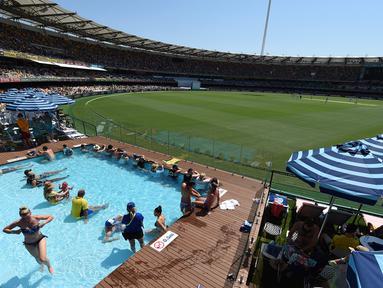 Sejumlah penonton berada di kolam renang menyaksikan pertandingan uji coba kriket antara Australia dan Pakistan di dalam stadion Gabba di Brisbane, Australia (15/12). (AFP Photo/Saeed Khan)