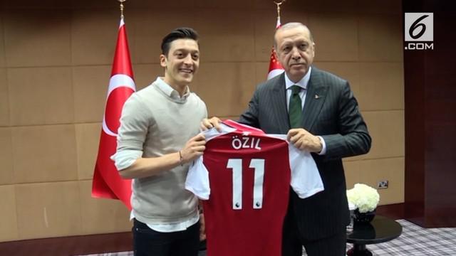 Presiden Turki, Recep Tayyip Erdogan, mengaku murka terkait Mesut Ozil yang mendapat perlakuan rasis hingga harus pensiun dari timnas Jerman.