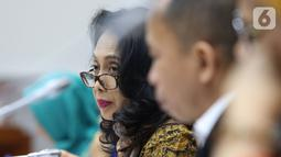Menteri Pemberdayaan Perempuan dan Perlindungan Anak (PPPA) I Gusti Ayu Bintang Darmavati saat mengikuti rapat kerja dengan komisi VIII DPR membahas lima program prioritasnya untuk periode 2019-2024 di Kompleks Parlemen, Senayan, Jakarta, Rabu (13/11/2019). (Liputan6.com/Johan Tallo)