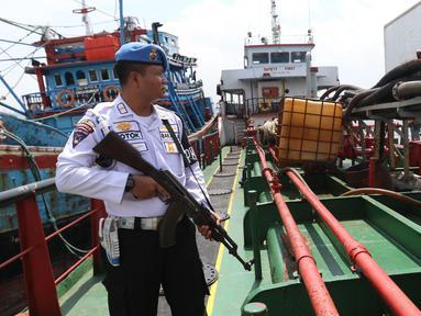 Badan Keamanan Laut (Bakamla) RI mengamankan dua kapal berjenis motor tanker dan kapal ikan di perairan Teluk Jakarta, Jumat (1/2). Kapal tanker milik EIP itu diduga telah melakukan transfer BBM ke kapal ikan sekitar 41 ton. (Liputan6.com/Angga Yuniar)