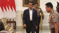 Presiden Joko Widodo berisap mengikuti rapat terbatas di Istana Merdeka, Jakarta, Senin (18/12). Dalam ratas tersebut Jokowi membahas persiapan Natal dan Tahun Baru. (Liputan6.com/Angga Yuniar)