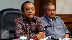 Sekjen LHK, Bambang Hendroyono (kiri) saat konfrensi pers di Kementerian LHK, Jakarta, Sabtu (5/9/2015). Kementerian LHK menggelar rapat koordinasi bersama TNI, Polri dan Pemda setempat. (Liputan6.com/Yoppy Renato)