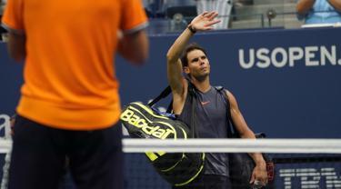 Petenis Spanyol, Rafael Nadal meninggalkan lapangan usai mengundurkan diri saat melawan Juan Martin del Potro dari Argentina pada semifinal AS Terbuka 2018, Jumat (7/9).Nadal tak mampu melanjutkan pertandingan disebabkan cedera lutut. (AFP/kena betancur)