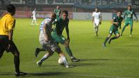 Pemain asing Persib, Kevin Van Kippersluis (putih), mendapat kawalan gelandang PSS, Guilherme Batata, dalam laga di Stadion Maguwoharjo, Sleman (7/12/2019). (Bola.com/Vincentius Atmaja)