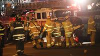 Petugas mengevakuasi korban ledakan di New York, Sabtu (17/9). Setidaknya 25 orang terluka akibat sebuah ledakan di New york, menurut keterangan pejabat setempat. (AFP PHOTO)