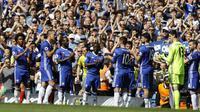 Bek Chelsea, John Terry, melewati rekan-rekannya yang berbaris mengantarnya keluar pada laga melawan Sunderland di Stamford Bridge, Minggu (21/5/2017). Ini adalah laga kandang terakhir Terry bersama The Blues. (AP Photo/Frank Augstein)
