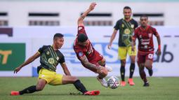 Gelandang Borneo FC, Jonathan Bustos terus menekan pertahan lawan, namun bek Barito Putera, Miftah Anwar Sani (kiri) terus membayangi pergerakan Bustos. (Bola.com/Bagaskara Lazuardi)