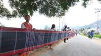 Ulos sepanjang 500 Meter di Festival Danau Toba 2014 dapat rekor MURI.