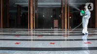 Petugas melakukan Penyemprotan Disinfektan di Masjid Baiturrahman Kompleks Parlemen, Senayan, Jakarta, Kamis (22/10/2020). Mulai hari ini Gedung DPR RI akan ditutup selama dua hari ke depan. (Liputan6.com/Johan Tallo)