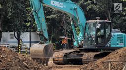 Pekerja menyelesaikan proyek pembangunan mass rapid transit (MRT) fase II rute Bundaran HI-Kota di Taman Monumen Nasional (Monas), Jakarta, Selasa (2/7/2019). MRT fase II mencakup Stasiun Sarinah, Monas, Harmoni, Glodok, Sawah Besar, Mangga Besar, dan Kota.(Www.sulawesita.com)