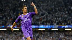 2. Cristiano Ronaldo - Ronaldo tampil 164 kali dan menjadi salah satu pemain dengan jumlah penampilan terbanyak dalam karier Mourinho. Kerja sama keduanya berhasil mempersembahkan juara La Liga, Copa del Rey dan Supercopa Spanyol. (EPA/Peter Powell)
