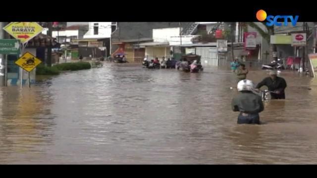 Banjir merendam 5.000 rumah warga akibat banjir luapan Sungai Citarum, Kabupaten Bandung, Jawa Barat. Jumlah pengungsi diperkirakan mencapai 1.500 orang.