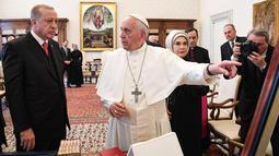 Presiden Turki Erdogan menyimak pembicaraan dari Paus Fransiskus saat kunjungannya ke Vatikan (5/2).  Pertemuan itu juga membahas perkembangan di Timur Tengah, khususnya Suriah, terorisme serta dialog antar-agama. (Alessandro Di Meo / Pool via AP)