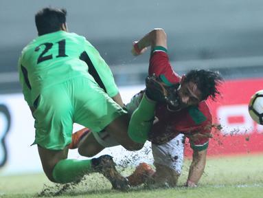 Bek Indonesia U-23, Gavin Kwan Adsit (kanan) berjibaku dengan penjaga gawang Uzbekistan, Ergashev Umidion pada laga PSSI Anniversary 2018 di Stadion Pakansari, Kab Bogor, Kamis (3/5). Laga berakhir imbang 0-0. (Liputan6.com/Helmi Fithriansyah)