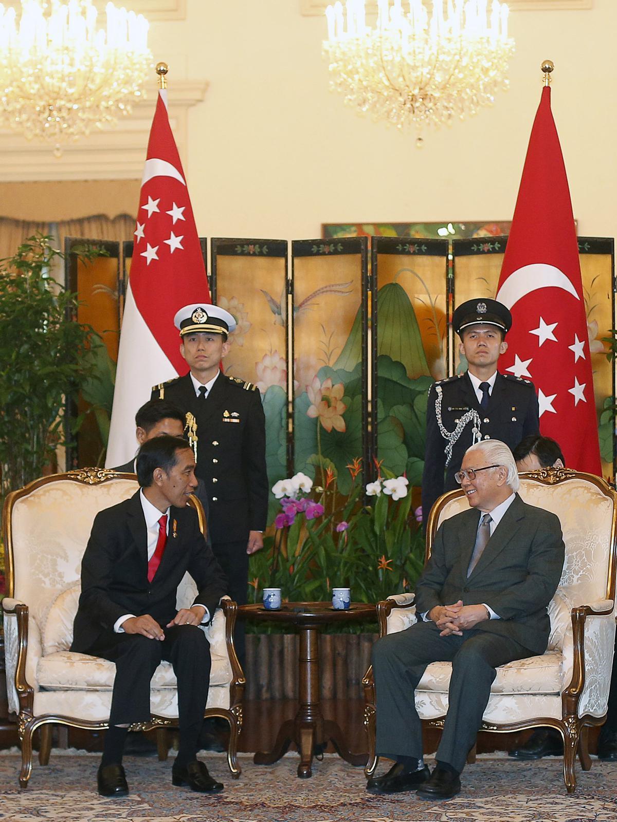 Presiden Jokowi (kiri), berbincang dengan presiden Singapura Tony Tan, dalam pertemuan di Istana Kepresidenan di Singapura, (28/7/2015). Jokowi ke Singapuran dalam rangka meningkatkan hubungan bilateral. (REUTERS/Edgar Su)