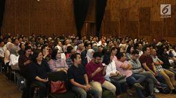 Sejumlah karyawan KapanLagi Youniverse (KLY) menghadiri perkenalan One App dan KLY TV di SCTV TOWER, Jakarta, Senin (12/11). Perkenalan tersebut ditandakan dengan pemotongan tumpeng. Liputan6.com/Herman Zakharia)