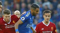 Coutinho (kanan) dan para pemain Liverpool mengadang pemain Leicester City, Riyad Mahrez (2kanan) ada laga Premier League di King Power Stadium, Leicester, (23/9/2017). Coutinho mencetak perdana bagi Liverpool di Premier League. (AFP/Geoff Caddick)