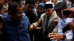 Politikus senior PAN, Amien Rais mendatangi Polda Metro Jaya, Jakarta, Rabu (10/10). Amien Rais tampak kesulitan berjalan untuk masuk ke ruang pemeriksaan sebagai saksi untuk tersangka Ratna Sarumpaet. (Liputan6.com/Johan Tallo)