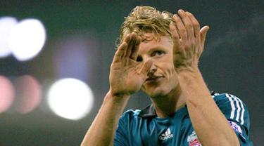 Liverpool's Dirk Kuyt applauds Liverpool fans after their Premiership match against Stoke City at Britannia football Stadium on January 10, 2009. The match ended 0-0. AFP PHOTO/CARL DE SOUZA